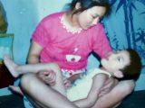 """La mamma si rifiuta di rinunciare al suo bambino disabile con """"scarsa intelligenza"""", lo cresce e alla fine lui..."""